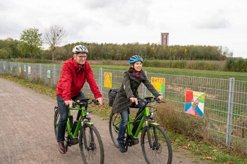 Thomas Semmelmann fährt gemeinsam mit seiner Frau Fahrrad auf einem Schotterweg in Bönen