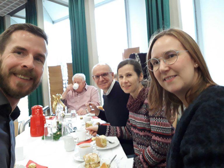 Einblicke beim Kuchenessen mit Parteigenossen beim Seniorentanzktee