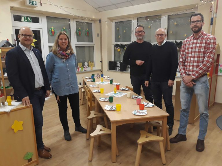Einblicke beim Besuch der Kita Schatzkästchen mit Parteigenossen sowie den Kita-Mitarbeitern bei gedecktem Kindertisch