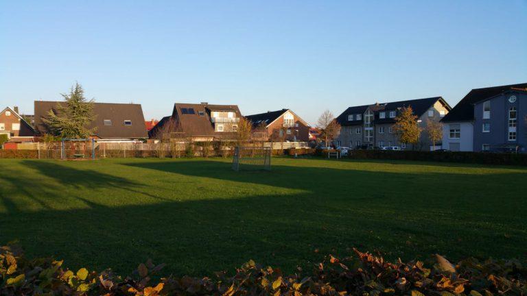 Fußballplatz in Königsholz in Bönen mit Wohnhäusern im Hintergrund