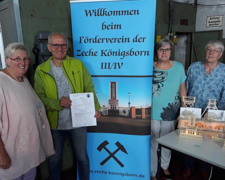 Ich zeige mein neues Mitgliedsformulardes Fördervereins der Zeche Könisgbron und neben mir stehen drei Mitgliederinnen