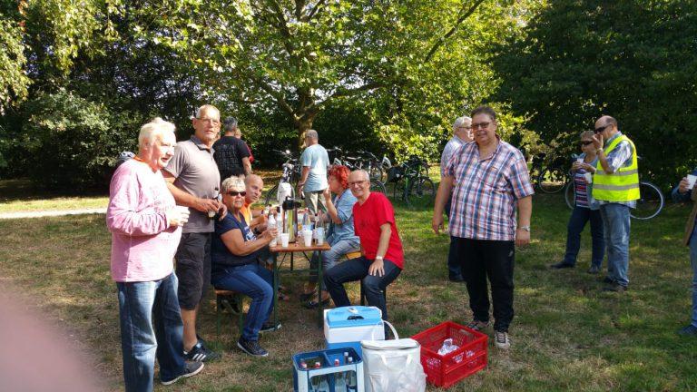 """Einblicke in die Radtour der Siedlergemeinschaft """"Auf der Woort"""", wo ich mit zahlreichen Bürgern auf einer Bierbank sitze"""