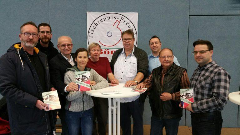 Thomas Semmelmann steht zwischen den Mitgliedern der Tischtennis-Freunde Bönen